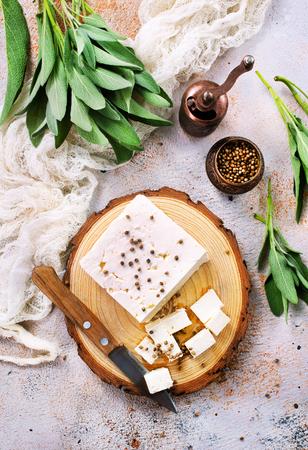 kaas aan boord en op een tafel, stock photo