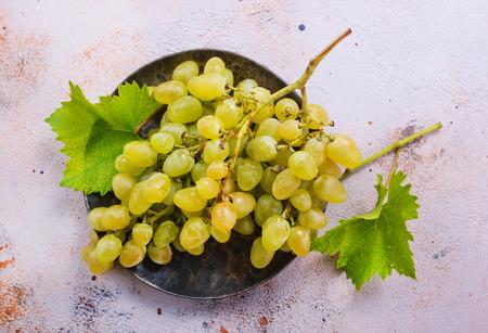 verse druiven op de plaat en op een tafel