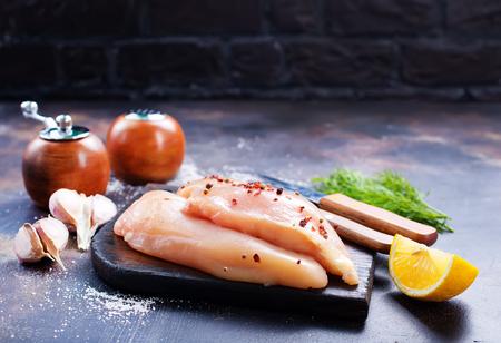 filets de poulet cru avec des épices sur la plaque