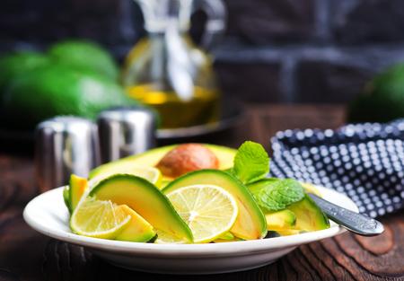 Insalata con avocado e calce sul piatto Archivio Fotografico - 87414442