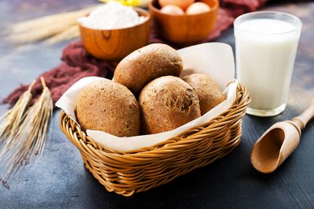 Frisches Weizenbrot im Korb und auf einer Tabelle Standard-Bild - 87414493