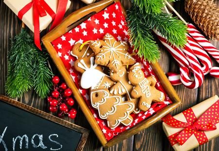 テーブル、ジンジャー クッキーのクリスマス クッキー 写真素材