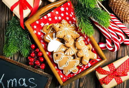 karácsonyi süti az asztalon, gyömbér cookie-k Stock fotó - 87414504