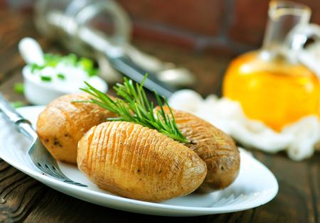 acordeon: patatas al horno en la placa y en una mesa