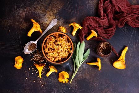 Paddestoelkaviaar met ui en wortel in de kom