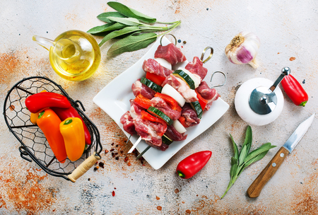 raw kebab with vegetables on plate and on a table 版權商用圖片