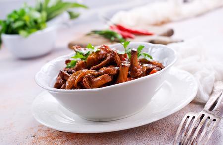 gefrituurde champignons met groenten en tomatensaus