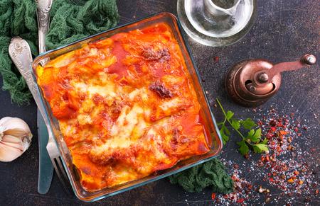 lasagne met tomatensaus en aromakruid Stockfoto