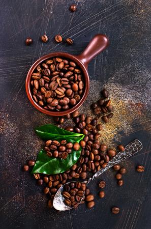 커피 콩 및 테이블에 녹색 잎