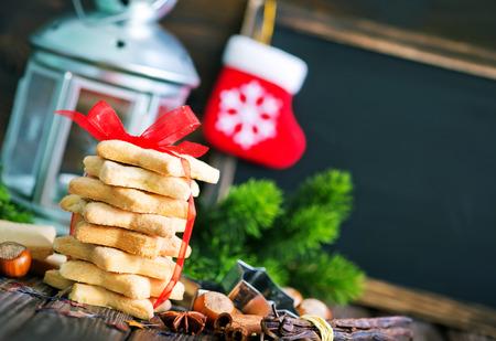 クリスマスのクッキーとクリスマス テーブル デコレーション 写真素材