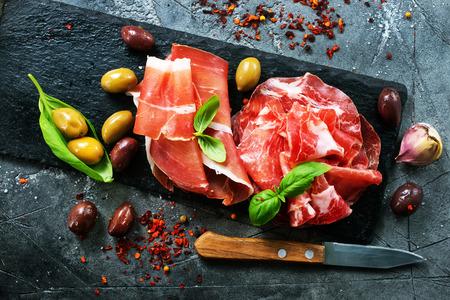 Prosciutto affumicato di Parma sulla tavola nera