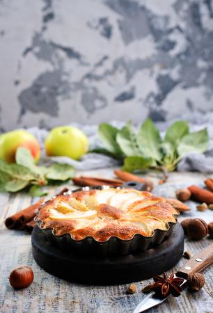 appeltaart met kaneel op een tafel
