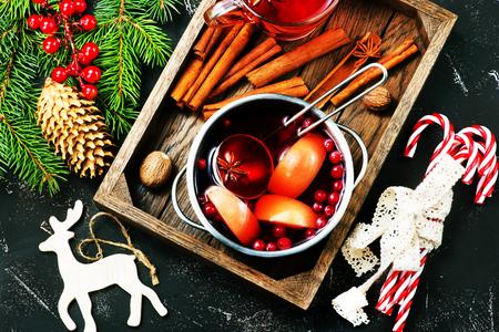 테이블에 아로마 향신료와 크리스마스 음료