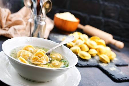 Gekookte dumplings in kom en op een tafel Stockfoto
