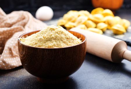 사발과 테이블에 밀가루를 넣다. 스톡 콘텐츠