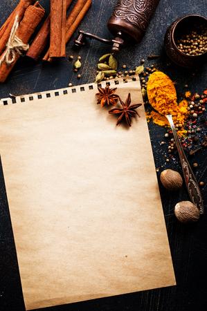 aroma, knoflook en zout op een tafel