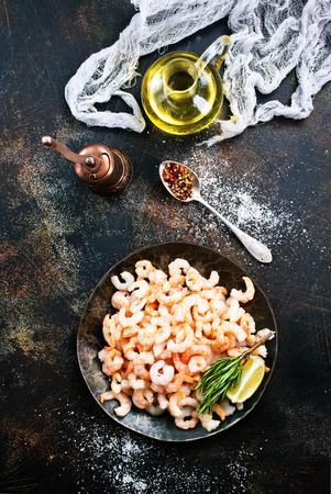 gekookte garnalen met peper en zout op de plaat Stockfoto