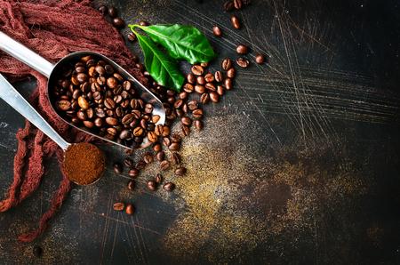 Koffiebonen op een lijst, voorraadfoto Stockfoto - 90766678
