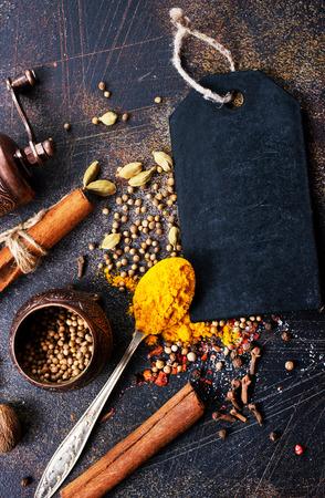 아로마 향신료, 마늘과 소금 테이블에 스톡 콘텐츠 - 90766779