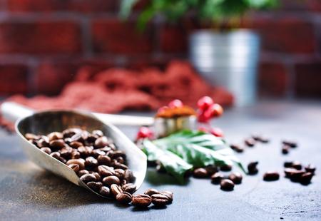 テーブルの上のコーヒー豆、ストック写真
