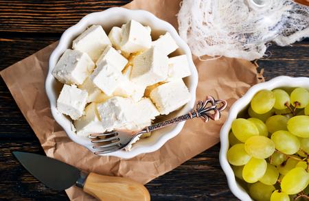 kaas en witte druif op een tafel