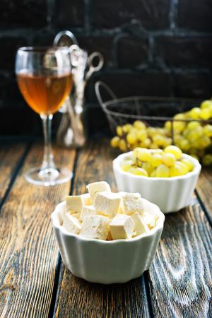 wijn, druivenmost en kaas op een tafel