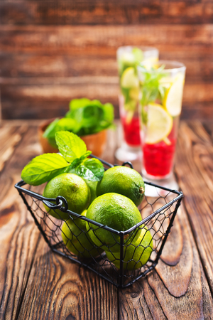 fresh drink with lime and mint 스톡 콘텐츠