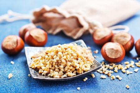 huzelnoten op plaat en op een tafel