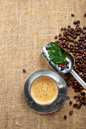 컵과 테이블에있는 커피