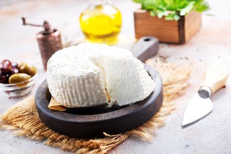 fromage sur planche et sur une table Banque d'images
