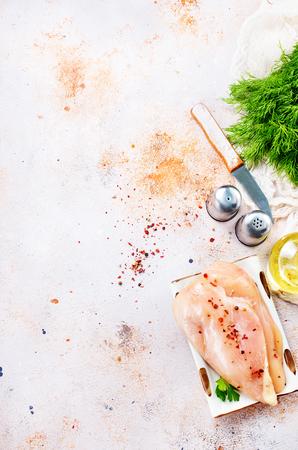 rauwe kipfilet met zout Stockfoto