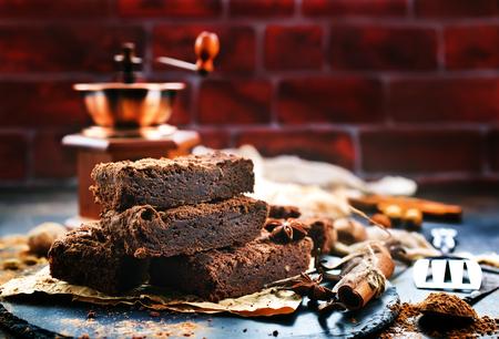 シナモンをテーブルの上に置いたチョコレートケーキ 写真素材