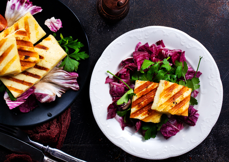 Grilled Halloumi Cheese salad with fresh vegetables Foto de archivo - 95305872