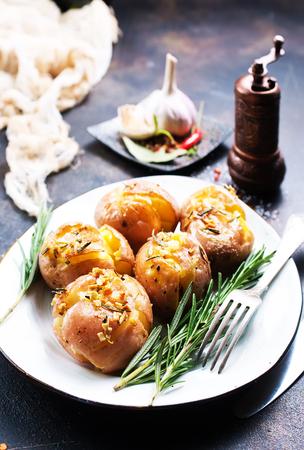 향신료와 로즈마리와 구운 감자, 소금으로 구운 감자