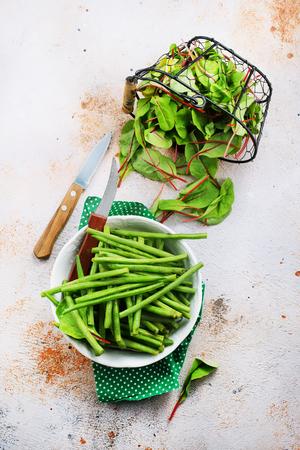 그릇에 망고의 신선한 잎에 녹색 콩