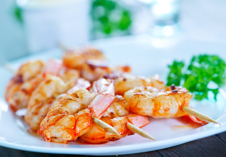shrimps on plate and on a table 写真素材 - 96560663