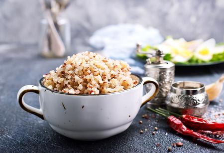 boiled quinoa in bowl, healthy food 版權商用圖片