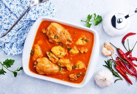 Plat de poulet indien traditionnel. Poulet au curry épicé dans un bol Banque d'images