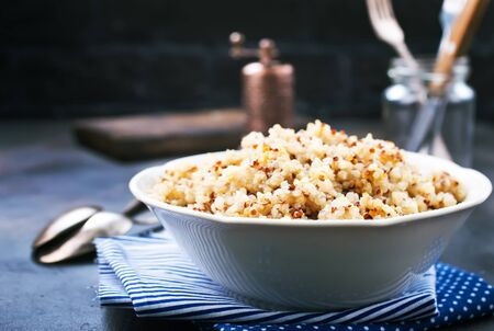 gotowana komosa ryżowa w białej misce, zdjęcie stockowe