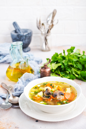 野菜とキノコと新鮮な青菜のスープ