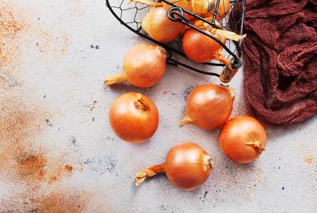 fresh raw onions in a basket, stock photo Stok Fotoğraf - 98256388