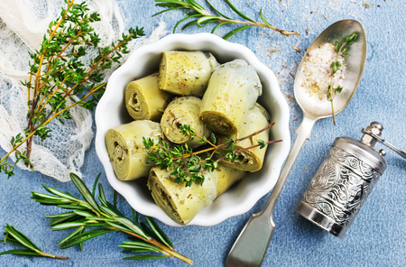 artichoke with marinad in bowl, artichoke with aroma spices Stockfoto