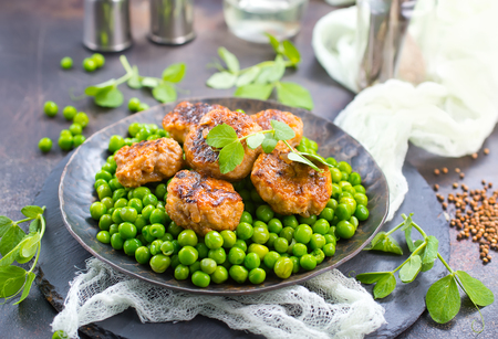 peas with cutlets,fresh green peas with chicken cutlets Banco de Imagens - 99726234