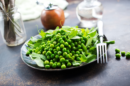 green peas on plate, fresh green peas Banco de Imagens - 99726819