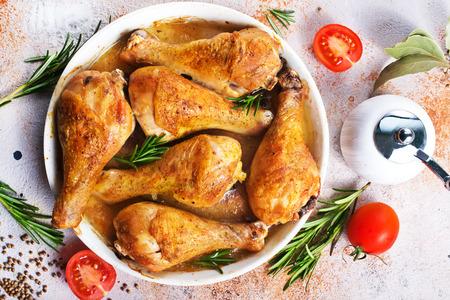 gebakken kippenpoten met aromakruiden en zout Stockfoto