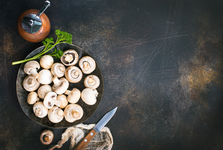raw mushrooms, raw champignons, champignons on a table Banco de Imagens - 101286816