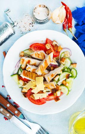ensalada con verduras frescas y filete de pollo al horno