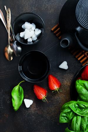 Tea with fresh basil and strawberry, fresh herbal tea Stok Fotoğraf - 104297764
