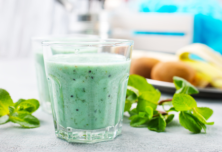 mint smoothie with fruit and yogurt, smoothie with mint