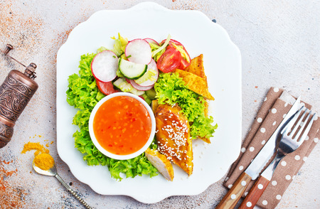 chicken nuggets with salad and sweet chilli sauce